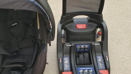 Britax B Safe 35. Infant Car Seat And Base for Sale in Columbus,  IN