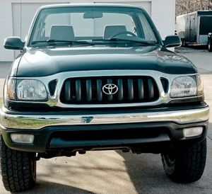 DRIVES FANTASTIC TOYOTA TACOMA CLEAN TITLE CARFAX 2001 for Sale in Columbus, OH
