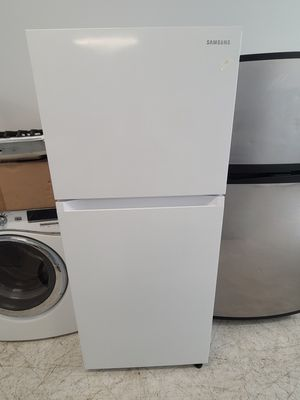Samsung top freezer refrigerator in excellent condition with 90 days warranty for Sale in Washington, DC