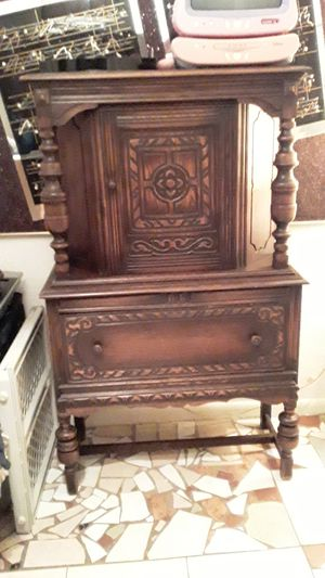Antique China Cabinet. for Sale in Oakland Park, FL