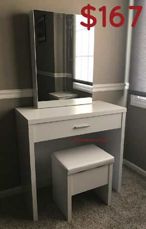 White Make up vanity set with lot of storage space for Sale in Corona, CA