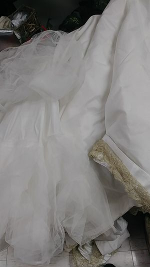 Laced and embroidered wedding dress for Sale in Waukegan, IL
