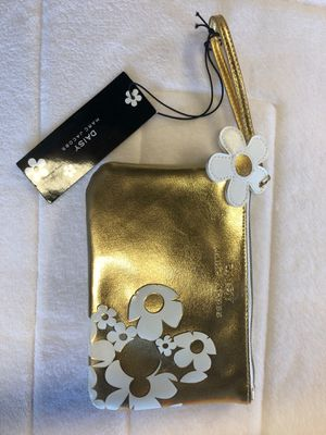 NEW DAISY MARC JACOBS LITTLE GOLD CLUTCH for Sale in Downey, CA