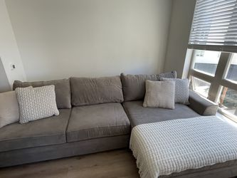 Large Sectional With Wide Chaise Lounge (Near Perfect Condition) for Sale in San Diego,  CA