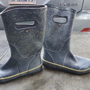 Bogs rain boots snow boots size 4 kids for Sale in Spring Valley, CA