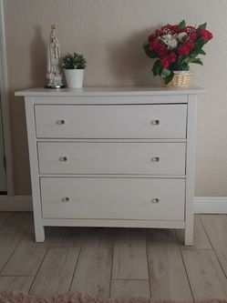 3 Drawer Dresser With Diamond Knobs for Sale in Fountain Valley,  CA