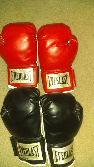 Boxing gloves Everlast for Sale in Seven Springs, NC