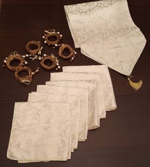 Christmas Decorations Table Runner, 6 Napkins, and 6 Napkin Rings Table Setting Bundle $8 for Sale in City of Industry, CA