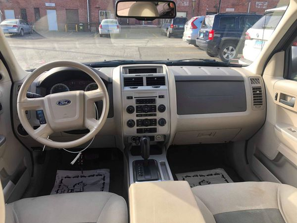2009 Ford Escape Trim: XLT Style: AWD XLT 4dr SUV I4 SUV Type: AWD Transmission Type: Automatic Cylinders: 4..Miles 121,000$4200or best offer!!!