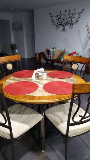Round table wooden table with 4 chairs for Sale in Fort Lauderdale, FL