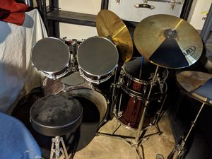 Like new drum set. Just dusty! for Sale in St. Louis, MO