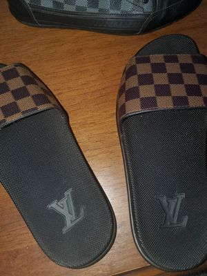 ( Authentic ) Louis Vuitton Slides Brown Checkered for Sale in WARRENSVL HTS, OH