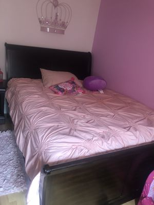 Queen room set for Sale in Cleveland, OH