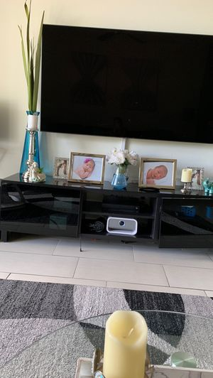 Black glass top tv stand for Sale in Miramar, FL