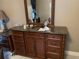 Queen Bedroom Set (2 nightstands, dresser, bed frame) for Sale in Baton Rouge, LA