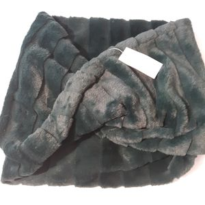 Ann Taylor Green Faux Fur Scarf 100% Polyester NWT for Sale in Irvington, NJ