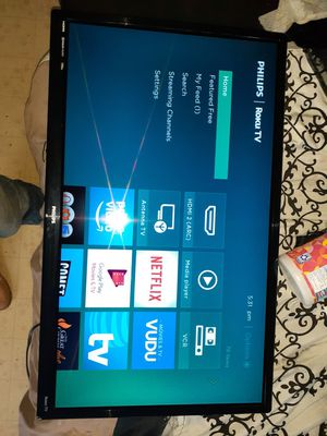 """32"""" roku tv with wall mount for Sale in Trinity, NC"""