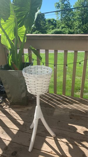 Wicker/ rattan plant holder for Sale in Florissant, MO