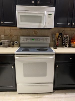 Refrigerator, Range and Microwave white for Sale in Lake Worth, FL