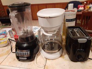 Una licuadora una cafetera y un tostador los tres por $30 for Sale in Springfield, VA