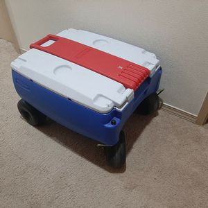 Rubbermaid Wheeled Cooler for Sale in Everett, WA