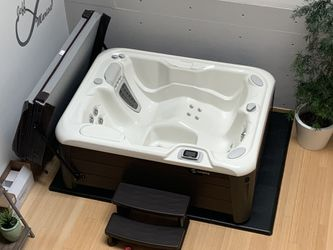 Hot Tub - HotSpring Jetsetter LX - salt water - new - never filled for Sale in Portland,  OR