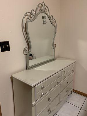 Full bedroom set 4 piece for Sale in Pembroke Pines, FL