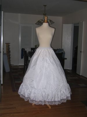 aline petticoat without metal hoop one size fit all for Sale in San Gabriel, CA