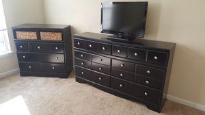 Queen Bedroom Set (Bed frame, bed, media chest, dresser) for Sale in Kennesaw, GA