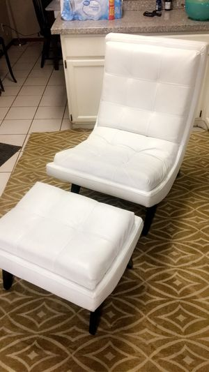 Beautiful White leather chair for Sale in Phoenix, AZ