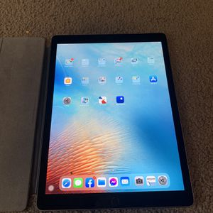 "iPad Pro - 12.9"" 2nd generation 256GB WiFi - Power Button Pinched for Sale in Phoenix, AZ"