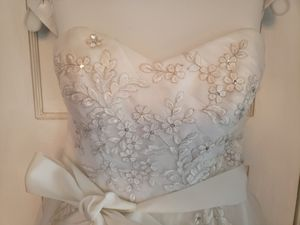 Beautiful Wedding Dress Size 6 from David's Bridal for Sale in Columbus, OH