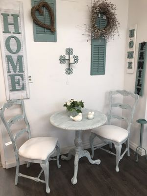 Small table and 2 chairs for Sale in Clovis, CA