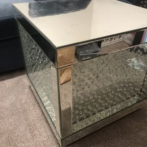 Luxurious Mirrored Cocktail &end Table for Sale in Lakewood, CA