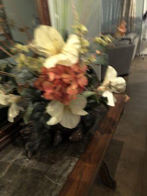Beautiful flower arrangement for Sale in Houston, TX