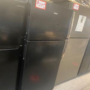 HOT POINT TOP FREEZER FRIDGE IN EXCELLENT CONDITION for Sale in Laurel, MD