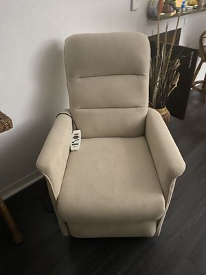 Power lift recliner chair with heat and massages for Sale in Miami, FL