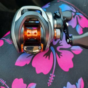 Dawia CA80 Right Handed Baitcaster Reel for Sale in Minneapolis, MN