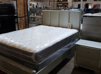 Queen bedroom No Mattress 4pcs for Sale in Dallas,  TX