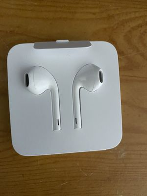 """Brand new apple earbuds """"wired"""" for Sale in Mount Morris, MI"""