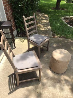 Nice little chairs, easy to carry/move. Can put round ice chest in there to keep sun off the beer for Sale in Round Rock, TX