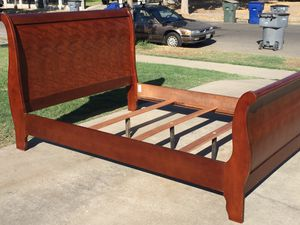 Queen bed frame in very good condition. for Sale in Fresno, CA