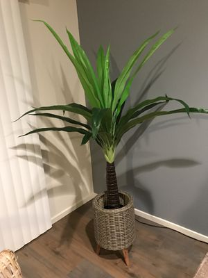 Beautiful fake plant , basket not included ! for Sale in Vancouver, WA