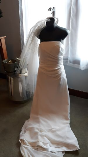 Wedding Dress is Absolutely BEAUTIFUL ! Unfortunately I don't need it... So its a Great deal! for Sale in East Peoria, IL