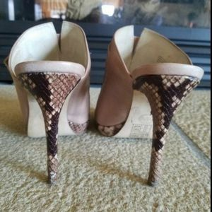 MICHAEL KORS LEATHER HEELS for Sale in Kirkland, WA