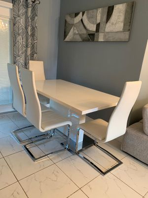 Dining set table with 4 chairs for Sale in Miami, FL