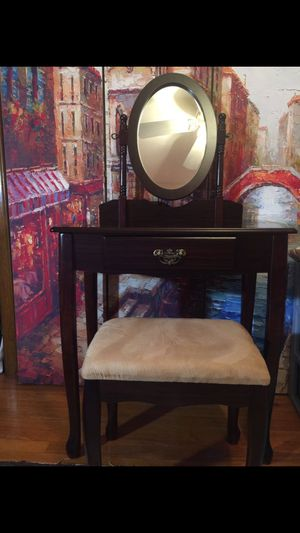 Makeup table and stool and mirror for Sale in Cleveland, OH