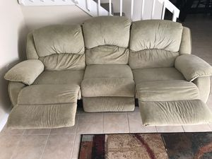 Recliner sofa and regular love seat for Sale in Palm Beach Gardens, FL