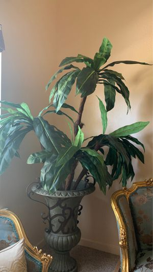 Fake plant with Large Decorative Vase for Sale in Fresno, CA