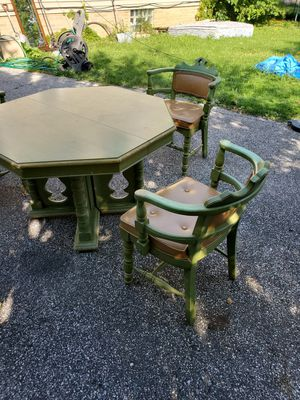 Old dining room table and chair set for Sale in Cleveland, OH